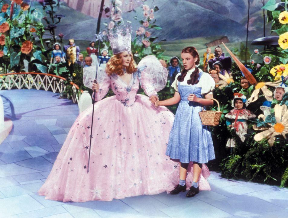 Glinda (Billie Burke, l.), die gute Hexe des Nordens, warnt Dorothy (Judy Garland, r.) vor der bösen Hexe des Westens ... - Bildquelle: Warner Bros.