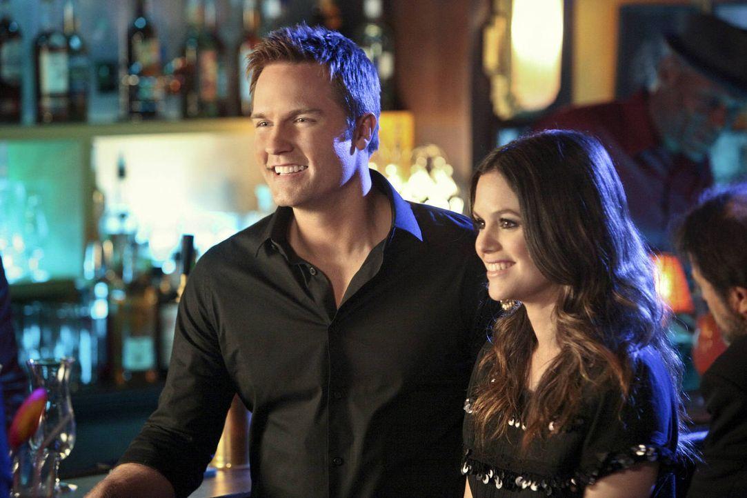 So viel Spaß hatten sie lange nicht mehr: George (Scott Porter, l.) und Zoe (Rachel Bilson, r.) verbringen die Nacht zusammen in einem Jazzclub in N... - Bildquelle: Warner Bros.