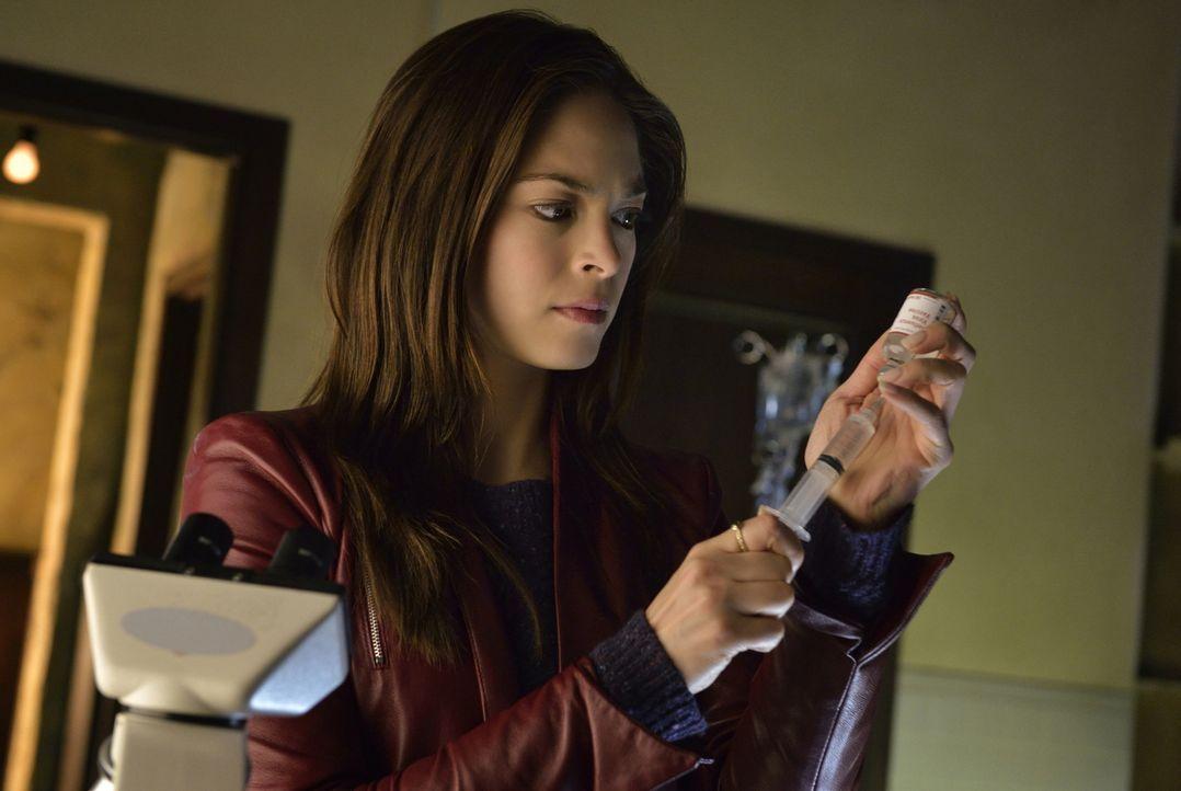 Auch wenn sie es eigentlich nicht will, muss Catherine (Kristin Kreuk) Vincent ein Serum verabreichen, das ihm seine tierischen Fähigkeiten zurückgi... - Bildquelle: 2012 The CW Network, LLC. All rights reserved.