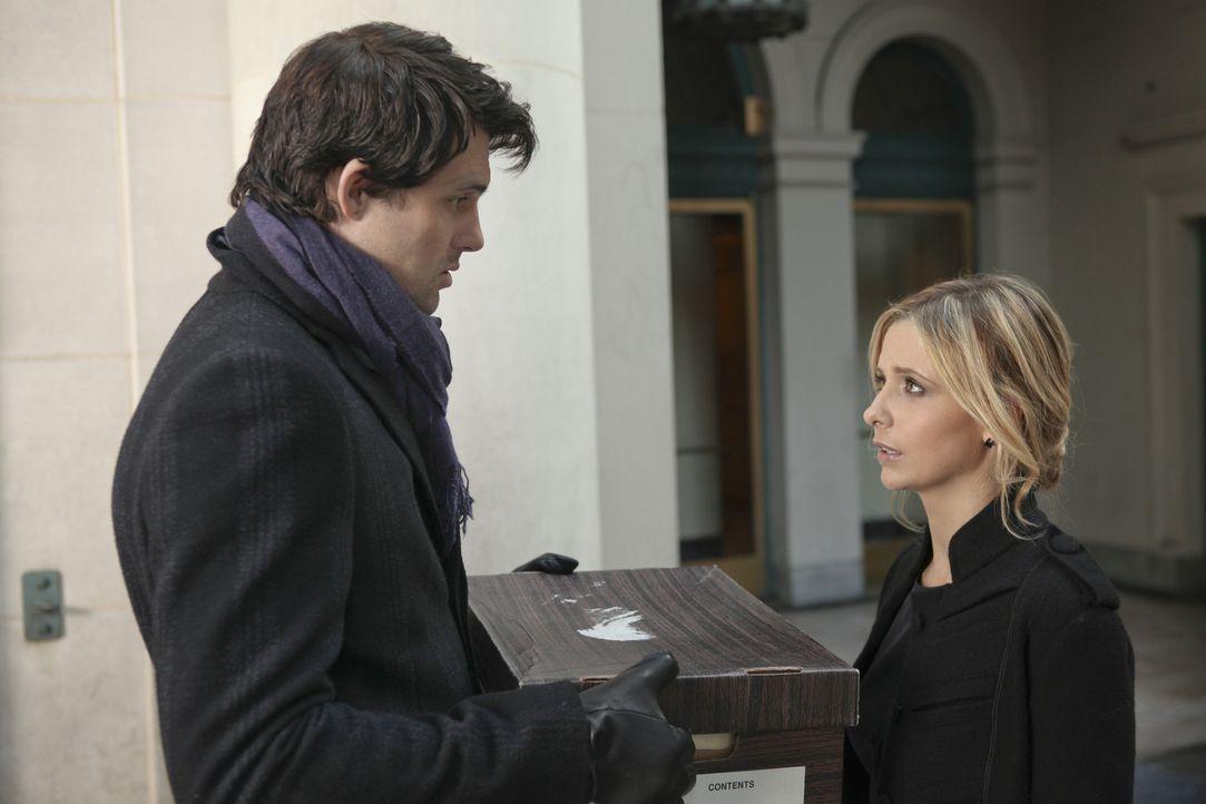 Im Auftrag von Siobhan überbringt Henry (Kristoffer Polaha, l.) Bridget (Sarah Michelle Gellar, r.) eine mysteriöse Box ... - Bildquelle: 2011 THE CW NETWORK, LLC. ALL RIGHTS RESERVED