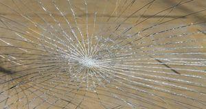 Zerbrochenes Glas können Sie auch selber austauschen. Achten Sie dabei aber a...