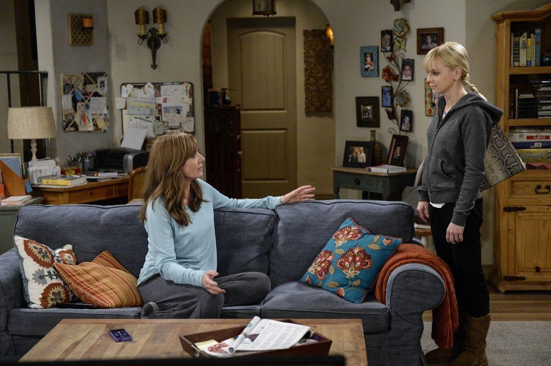 Bonnie (Allison Janney, l.) und Christy (Anna Faris, r.) geraten in finanzielle Schwierigkeiten, als Christy aufgrund der Renovierung des Restaurant... - Bildquelle: 2015 Warner Bros. Entertainment, Inc.