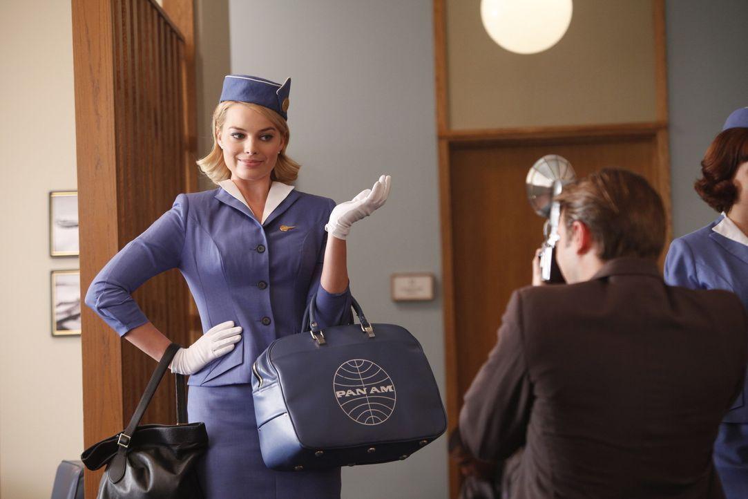 Die naive Laura (Margot Robbie, l.) bekommt in ihrem Leben Einiges geschenkt und zieht damit Neid auf sich ... - Bildquelle: 2011 Sony Pictures Television Inc.  All Rights Reserved.