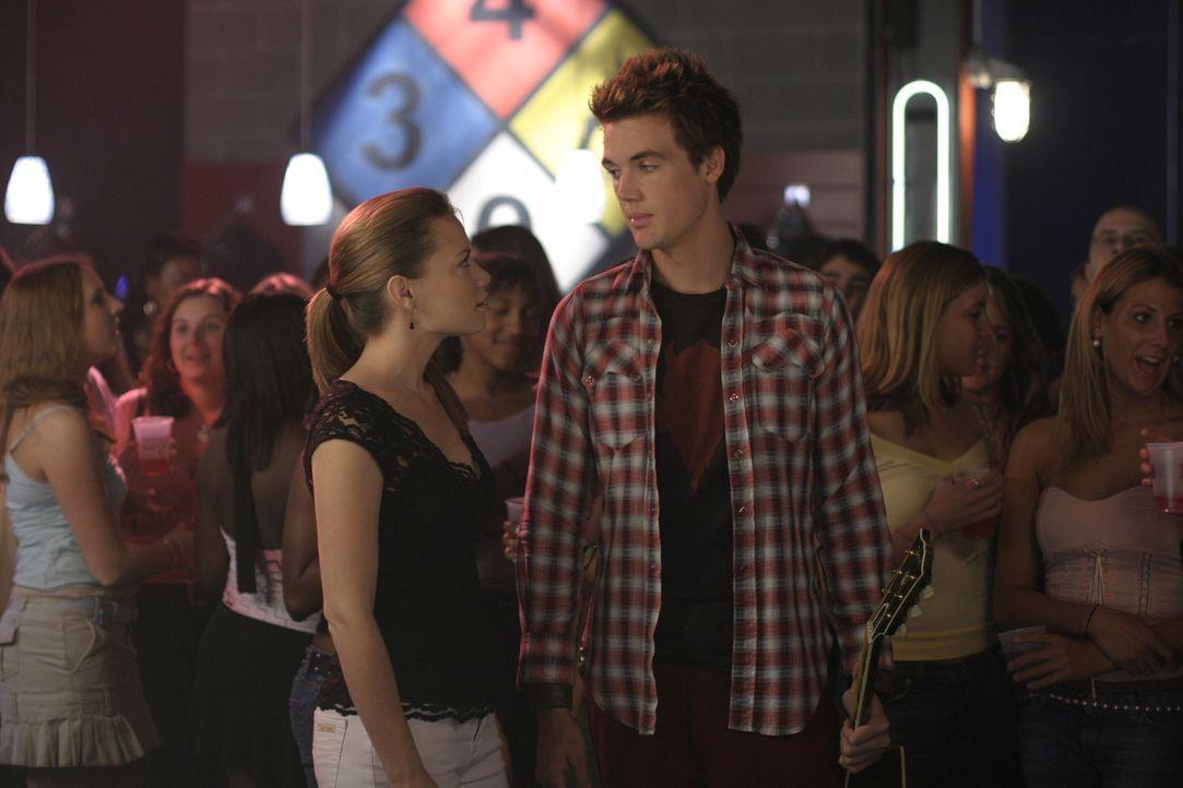 Die Cluberöffnung ist auch für Haley (Bethany Joy Galeotti, l.) und Chris (Tyler Hilton, r.) ein voller Erfolg ... - Bildquelle: Warner Bros. Pictures