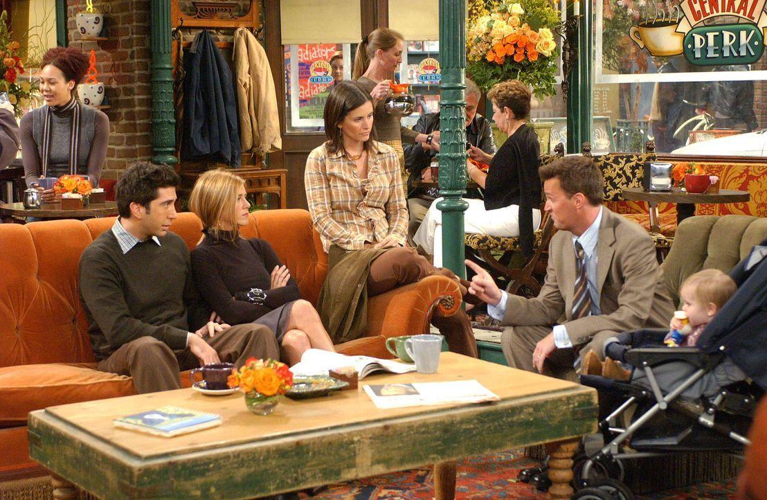Emmas erster Geburtstag steht vor der Tür, und den wollen Ross (David Schwimmer, l.) und Rachel (Jennifer Aniston, 2.v.l.) mit allen Freunden feiern... - Bildquelle: 2003 Warner Brothers International Television