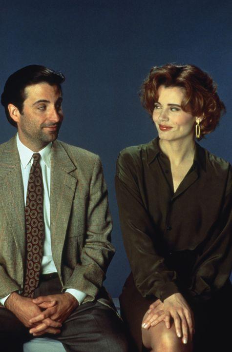 Die Reporterin Gale Gayley (Geena Davis, r.) findet ihren vermeintlichen Lebensretter John Bubber (Andy Garcia, l.) auch ziemlich sexy ... - Bildquelle: 1992 Columbia Pictures Industries, Inc. All Rights Reserved.