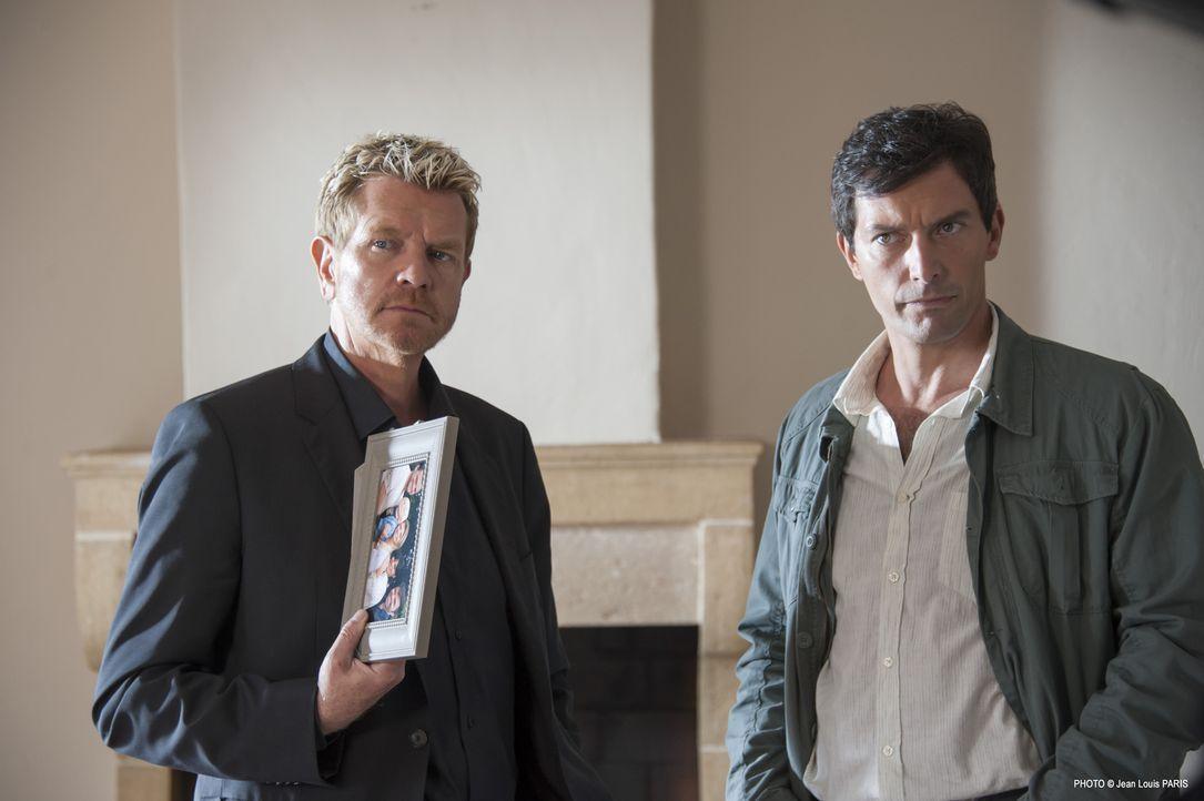 Martin (Xavier Deluc, l.) und Lucas (Franck Sémonin, r.) stoßen bei ihren Ermittlungen immer wieder auf die Frage, warum der Ermordete 10 Tage vor s... - Bildquelle: Jean Louis PARIS