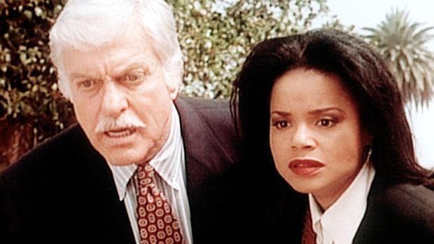 Mark (Dick Van Dyke, l.) und Amanda (Victoria Rowell, r.) beobachten auf eine...