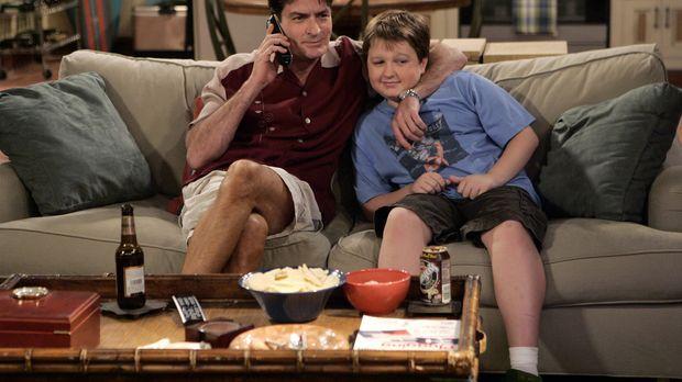 Männerabend: Charlie (Charlie Sheen, l.) und Jake (Angus T. Jones, r.) ... ©...