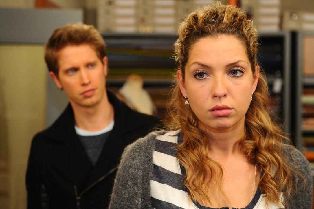 Im Streit mit Nina (Maria Wedig, r.), stellt Jojo (Bernhard Bozian, l.) seine Beziehung endgültig in Frage ... - Bildquelle: SAT.1