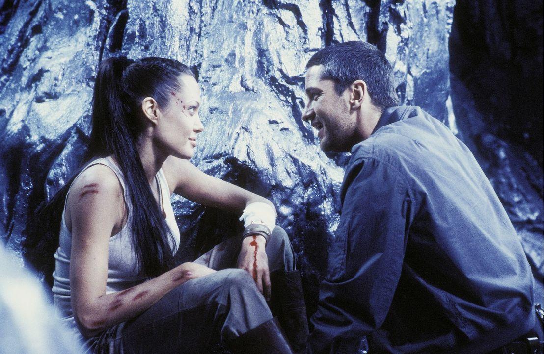Kann sie Terry (Gerard Butler, r.) vertrauen oder ist er nur hinter Laras (Angelina Jolie, l.) Kugel her, um die Büchse der Pandora öffnen zu können... - Bildquelle: 2003 by Paramount Pictures. All Rights Reserved.