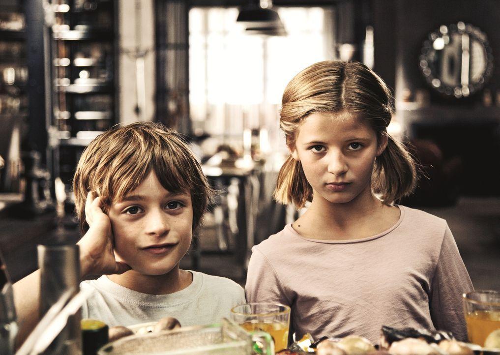 Nick (Maurizio Magno, l.) liebt Magdalena (Emma Schweiger, l.), die in Max aus der Sechsten verknallt ist. Bis dieser ihre Schildkröte weiterversche... - Bildquelle: 2013   Warner Bros.