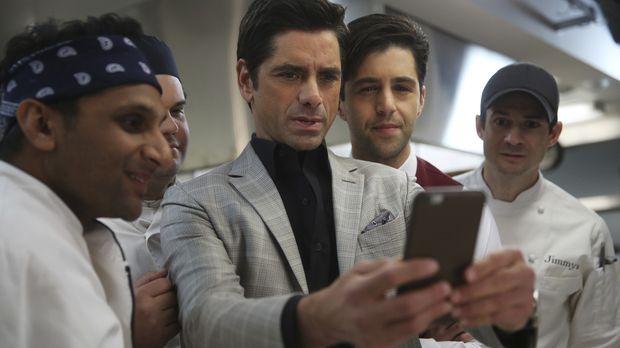 Jimmy (John Stamos, M.) entschließt sich, mit Ravi (Ravi Patel, l.), Victor (...