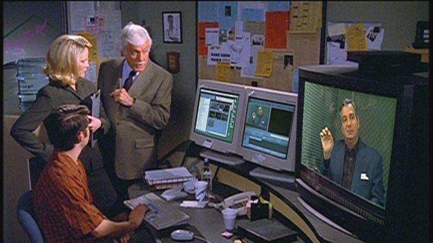 Mark (Dick Van Dyke, r.) lässt sich von der Assistentin Savannah einen Aussch...