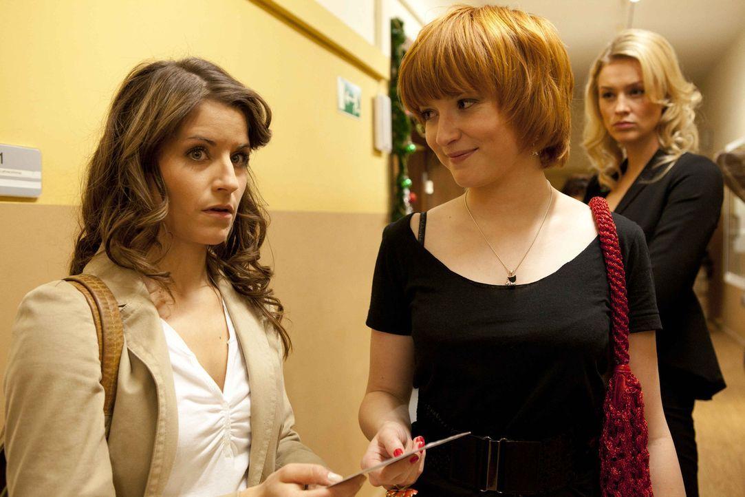 Sophie (Franciska Friede, M.) gibt der erleichterten Bea (Vanessa Jung, l.) die Karte zurück. Alexandra (Verena Mundhenke, r.) beobachtet die Situa... - Bildquelle: David Saretzki SAT.1