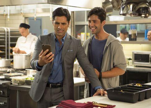 Grandfathered - Jimmy (John Stamos, l.) geht mit einer Kollegin von Sara esse...