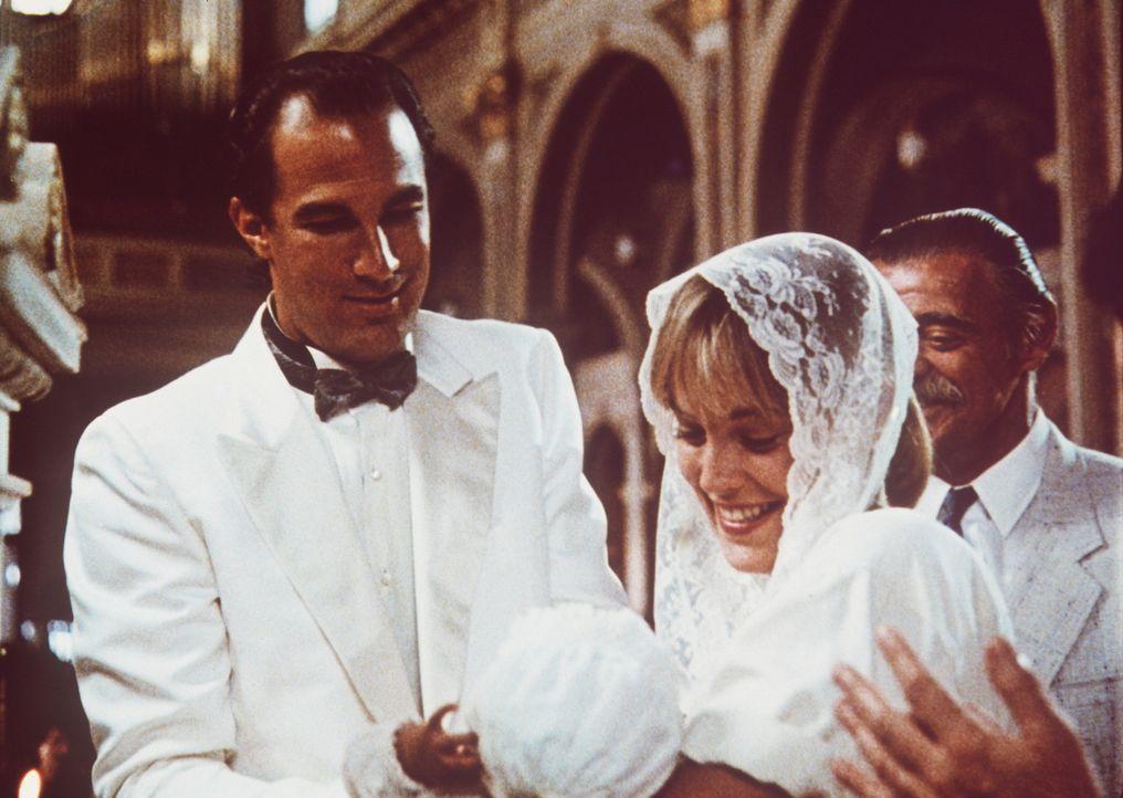 Auf der einen Seite der brutale Einzelkämpfer und auf der anderen ein liebevoller Familienvater: Nico (Steven Seagal, l.) mit seiner Frau Sara (Shar... - Bildquelle: Warner Bros.