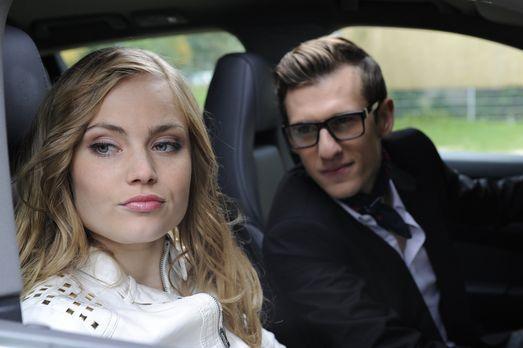 Hotte (Dennis Schigiol, r.) hofft, mit seinem neuen Porsche bei Caro (Sonja B...