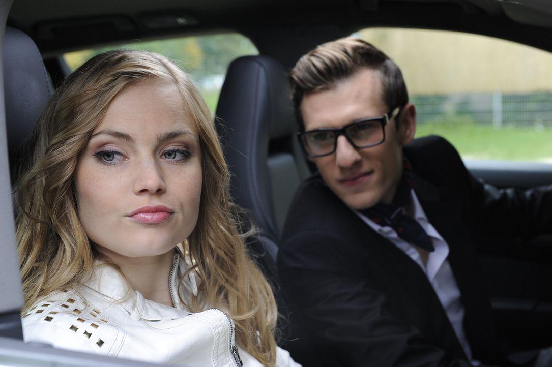 Hotte (Dennis Schigiol, r.) hofft, mit seinem neuen Porsche bei Caro (Sonja Bertram, l.) landen zu können. Doch liegt er damit Richtig? - Bildquelle: SAT.1