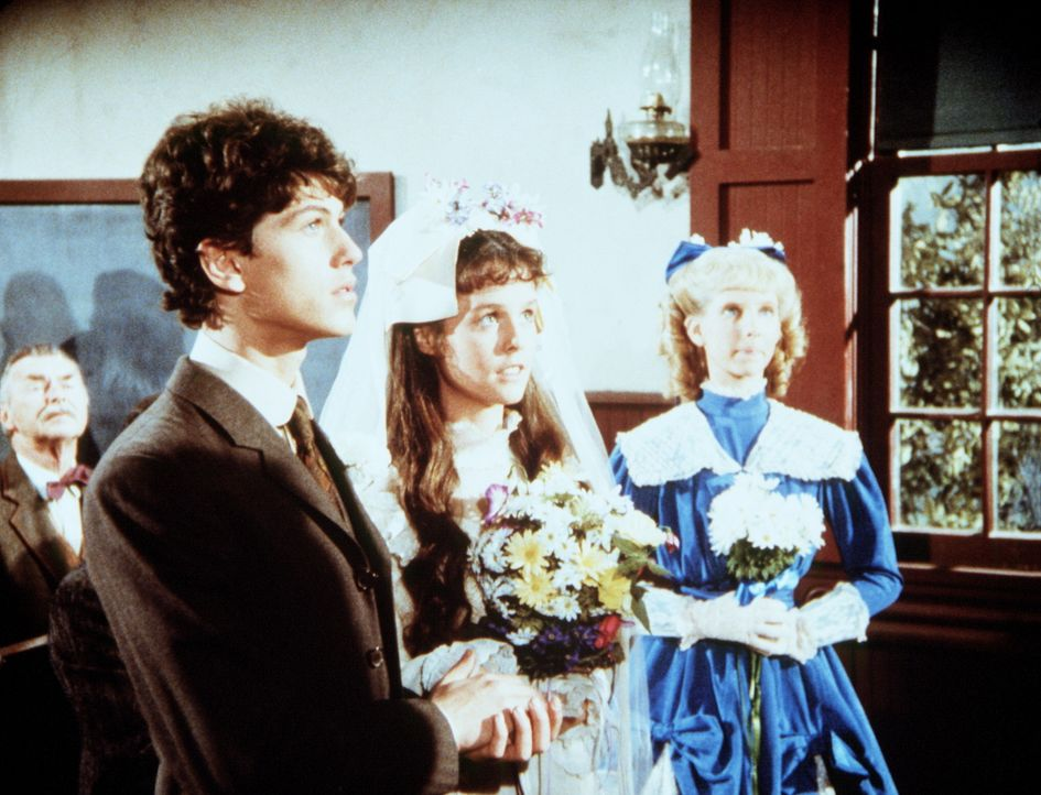 Willie Oleson (Jonathan Gilbert, l.) heiratet Rachel Brown (Sherri Stoner, M.). Seine Schwester Nancy (Allison Balson, r.) ist Brautjungfer. - Bildquelle: Worldvision