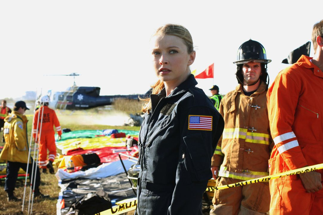 Für nahezu alle Opfer des Flugzeugabsturzes kommt die Hilfe zu spät: Dr. Warren (Elisabeth Harnois, l.) ... - Bildquelle: Warner Brothers