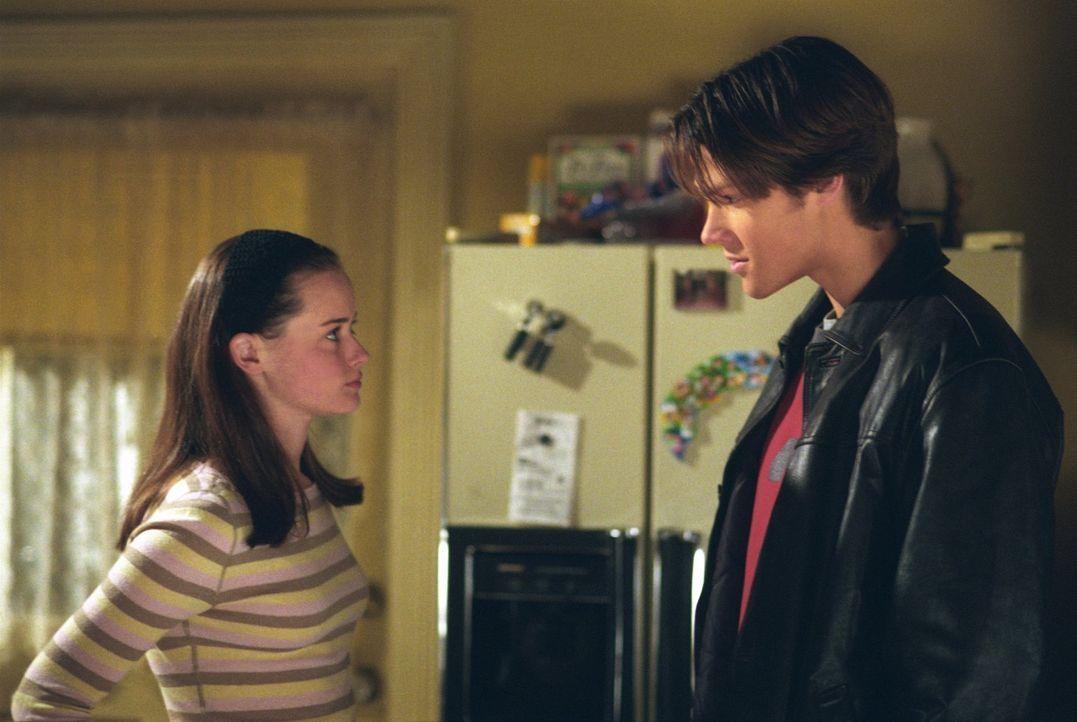 Als Rory (Alexis Bledel, l.) Sturmfreie Bude hat, will sie den Abend eigentlich gemütlich alleine verbringen, doch dann tauchen Paris zum Lernen und... - Bildquelle: 2001 Warner Bros. Entertainment, Inc.