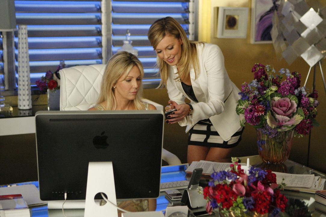 Schafft Ella (Katie Cassidy, r.) es, sich aus ihrer prekären Lage zu retten und Amanda (Heather Locklear, l.) zu zeigen, wer hier der Boss ist? - Bildquelle: 2009 The CW Network, LLC. All rights reserved.