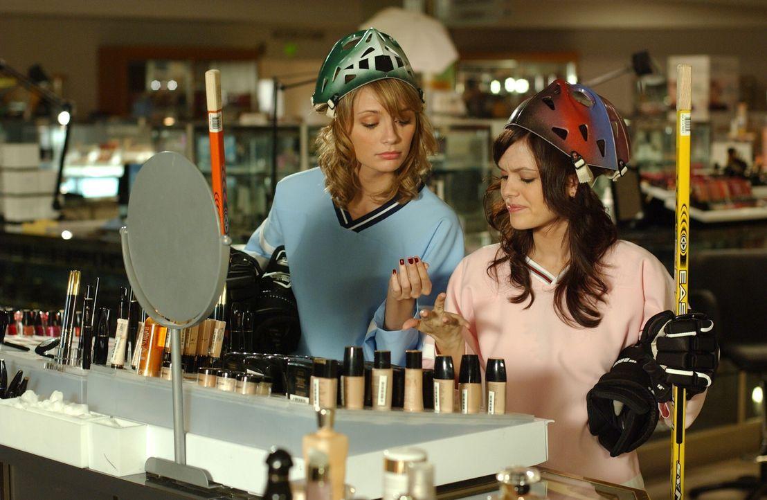 Haben viel Spaß im Einkaufscenter, in das sie versehentlich eingesperrt wurden: Summer (Rachel Bilson, r.) und Marissa (Mischa Barton, l.) ... - Bildquelle: Warner Bros. Television