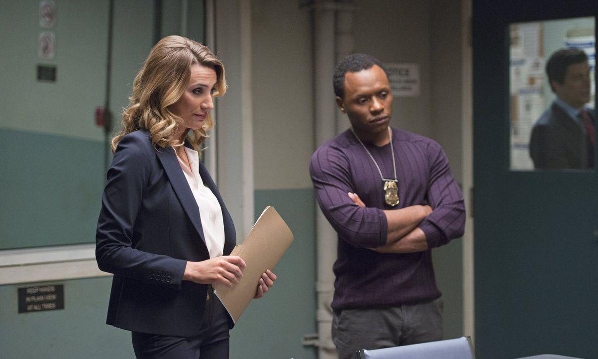 Bozzio (Jessica Harmon, l.) und Clive (Malcolm Goodwin, r.) scheinen endlich Beweise zu haben, um Major festzusetzten, doch dann bekommt Clive Infor... - Bildquelle: 2014 Warner Brothers