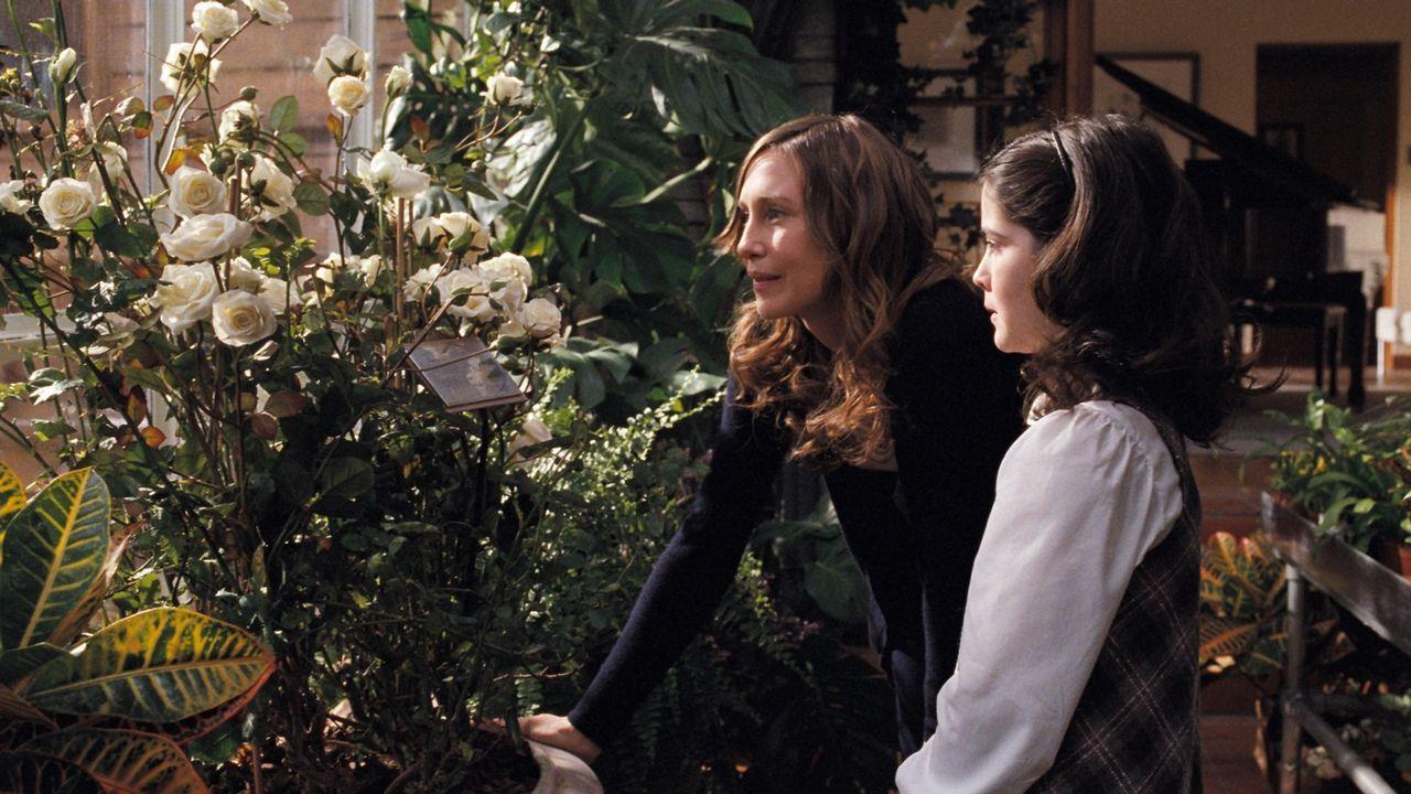 Kaum in der neuen Familie angekommen, zeigt Kate (Vera Farmiga, l.) Esther (Isabelle Fuhrman, r.) im Gewächshaus das mit weißen Rosen bewachsene Gra... - Bildquelle: Kinowelt