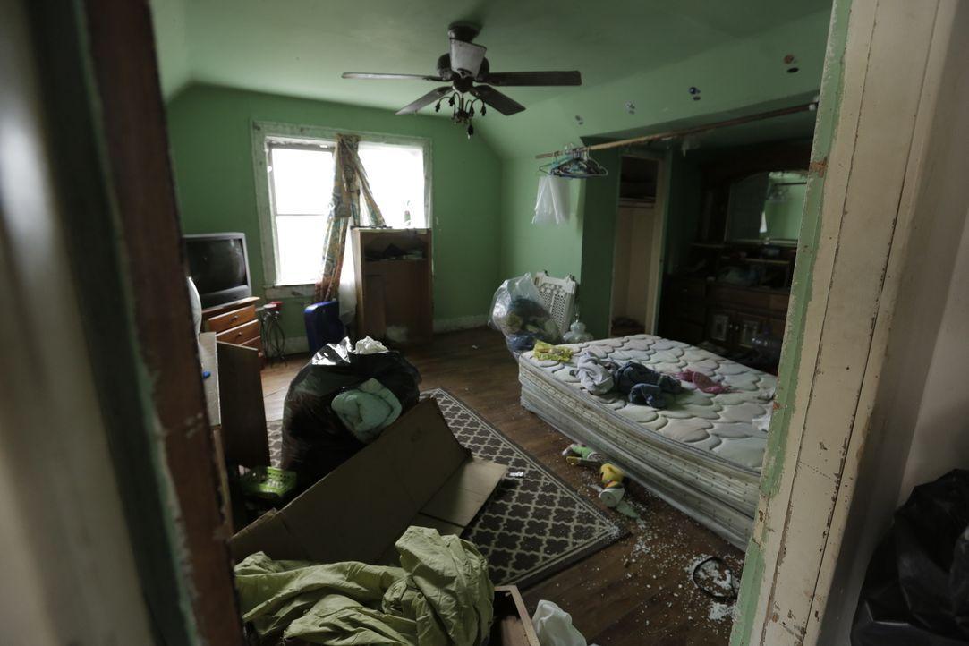 Die kleinen Zimmer des Hauses sind nicht nur renovierungsbedürftig, sondern müssen auch erstmal gründlich entrümpelt werden. Das erfordert starke Ne... - Bildquelle: 2017,HGTV/Scripps Networks, LLC. All Rights Reserved