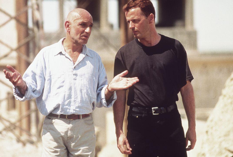 Eines Tages stößt zufälligerweise Mossad-Agent Amos (Ben Kingsley, l.) auf einen Mann, der aussieht, als wäre er ein eineiiger Zwilling von Carlos S... - Bildquelle: Sony Pictures Entertainment