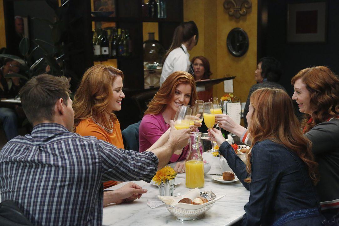 Während Matthew (Justin Bruening, l.) bei einem schrecklichen Unfall als Ersthelfer herangezogen wird, bekommt April (Sarah Drew, 2.v.l.) von ihren... - Bildquelle: ABC Studios