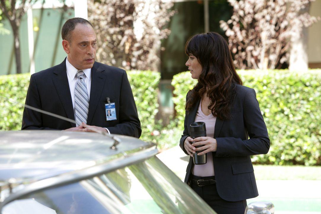 Teresa Lisbon (Robin Tunney, r.) ermittelt in einem neuen Fall und stößt dabei auf Garth Drucker (Nestor Serrano, l.). Doch kann er ihr irgendwie we... - Bildquelle: Warner Bros. Television