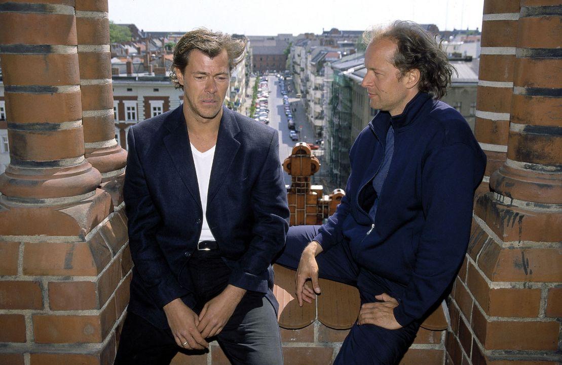 Victor (Jochen Horst, r.) versucht, Toni (Sven Martinek, l.) vom Springen abzubringen. - Bildquelle: Spitz Sat.1