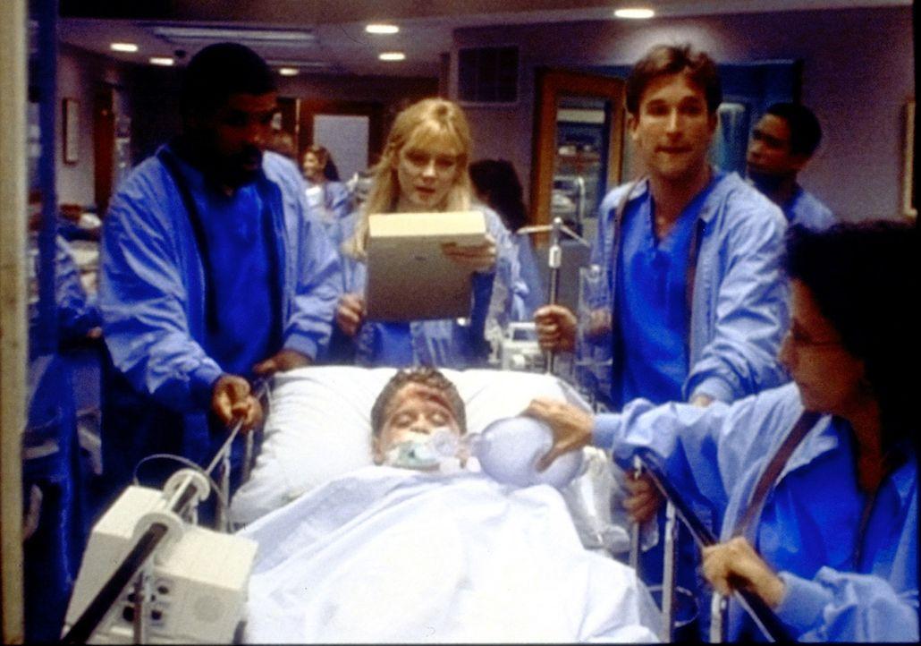 Gail (Cecil Hoffman, liegend), die beim Verkehsunfall leicht verletzt wurde, bangt um das Leben ihres Mannes und ihrer beiden Kinder, die weniger Gl... - Bildquelle: TM+  WARNER BROS.