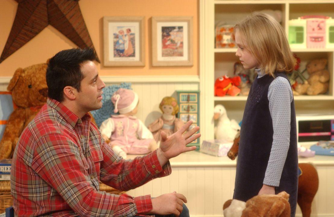 Joey (Matt LeBlanc,l.) vertreibt sich seine Zeit mit Mackenzie (Dakota Fanning, r.), einem 8-jährigen Mädchen, welches derzeit in dem Haus lebt, in... - Bildquelle: 2003 Warner Brothers International Television