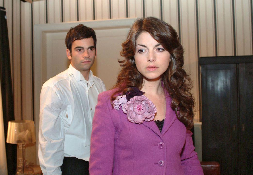 David (Mathis Künzler, l.) versucht mit Mariella (Bianca Hein, r.) über ihre Beziehung zu reden, doch wieder kommt es nur zu Missverständnissen.