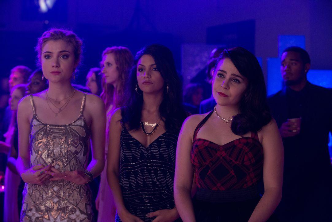 Jess (Skyler Samuels, l.) und Casey (Bianca A. Santos, M.) sind beliebt, attraktiv und eigentlich genau das Gegenteil von ihrer Freundin Bianca (Mae... - Bildquelle: 2015 Granville Pictures Inc. ALL RIGHTS RESERVED.