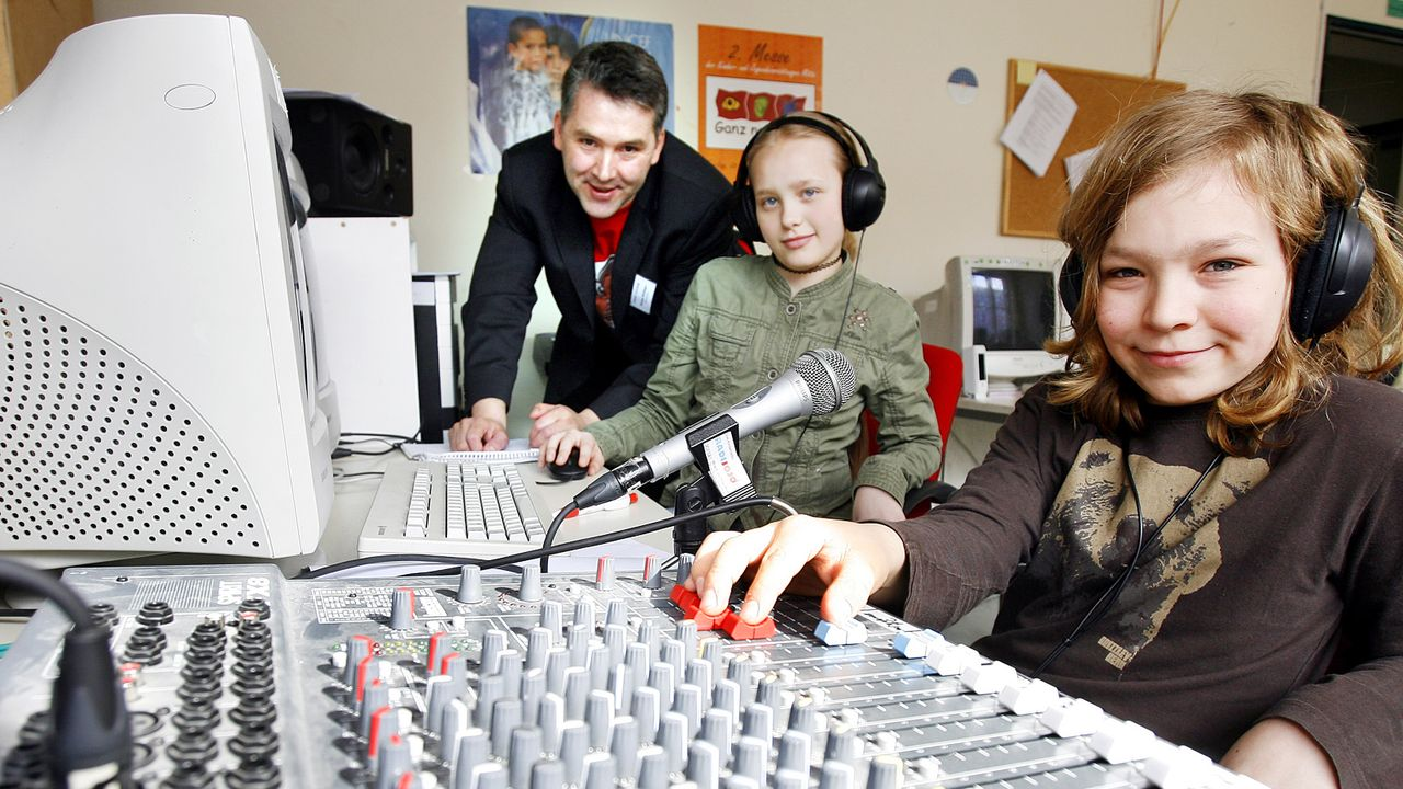 kinder-technik-radio-musik-mischpult-08-03-31-dpa - Bildquelle: dpa
