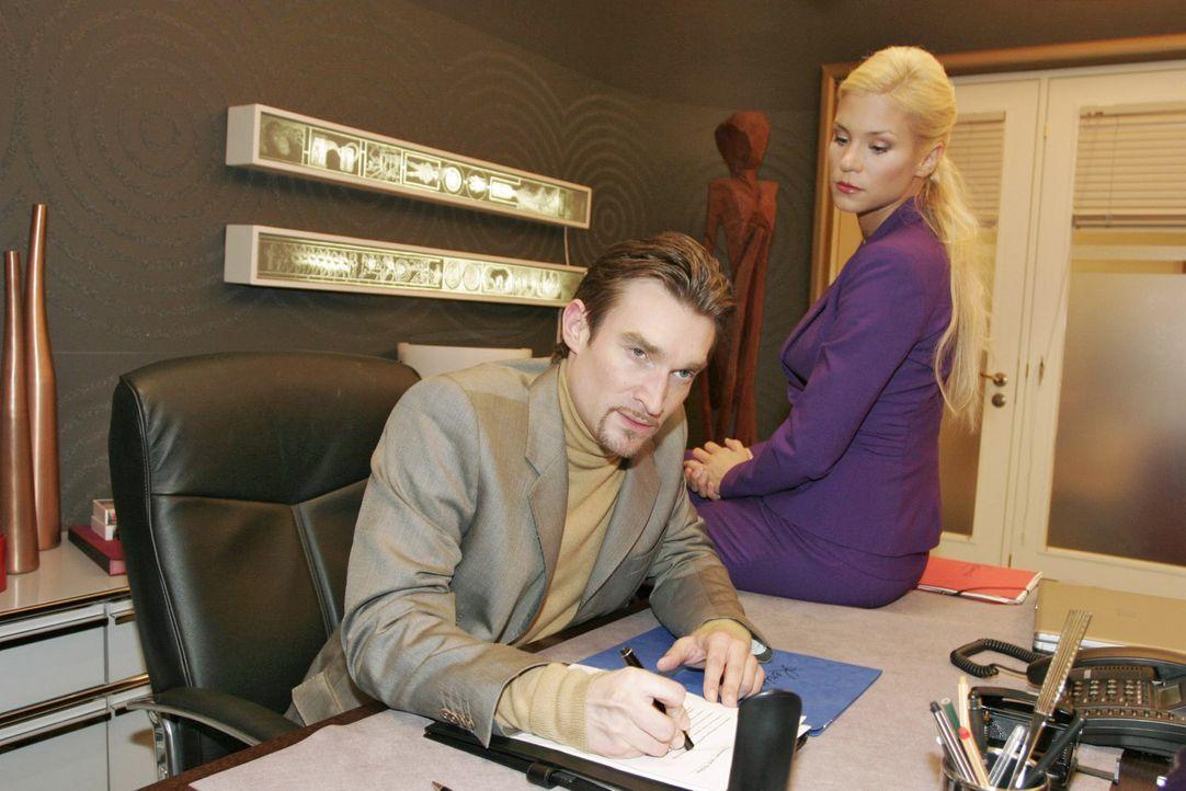 Sabrina (Nina-Friederike Gnädig, r.) macht Richard (Karim Köster, l.) den Vorwurf, dass er zu gestresst sei und sie aus diesem Grund nicht schwanger... - Bildquelle: Monika Schürle Sat.1