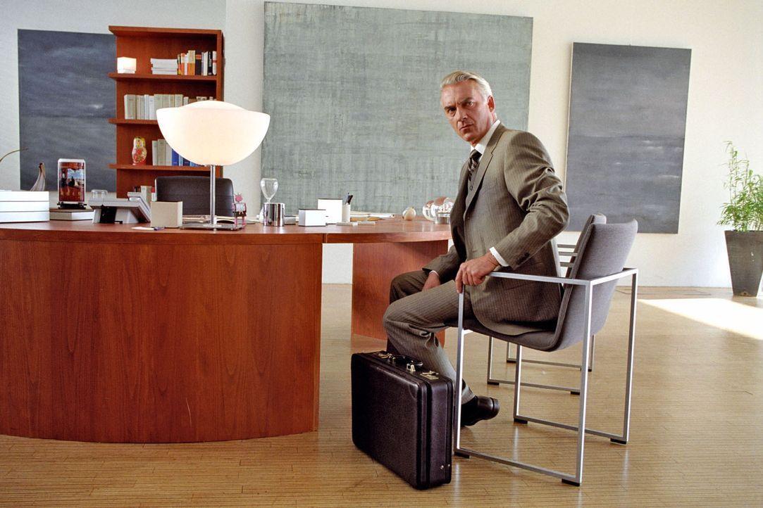 Johannes (Christoph M. Ohrt) sieht seine Karriere in Gefahr, doch die Kanzlerin ist nicht zu sprechen. - Bildquelle: Hardy Spitz Sat.1