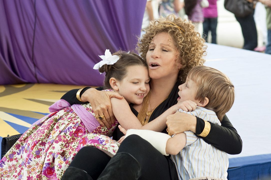Zum Entsetzen von Pam und Greg  wollen Roz (Barbra Streisand, M.) und Bernie Focker viel mehr Zeit mit ihren Enkelkindern Samantha (Daisy Tahan, l.)... - Bildquelle: Glen Wilson 2010 Universal Studios & DW Studios LLC