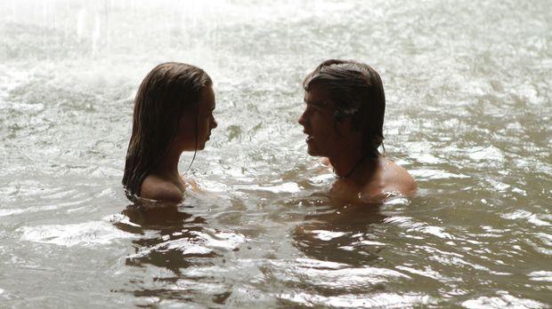 Auf der einsamen Insel entwickelt sich zwischen Emma (Indiana Evans, l.) und...