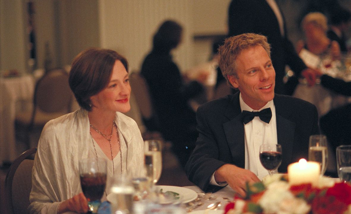 Matt (Greg Germann, r.) und Franny (Joan Cusack, r.) sind nicht nur reich, sondern haben auch, wie Olivia weiß, ein wunderbares Eheleben ... - Bildquelle: 2006 Sony Pictures Classics Inc. for the Universe excluding Australia/NZ and Scandinavia (but including Iceland). All Rights Reserved.