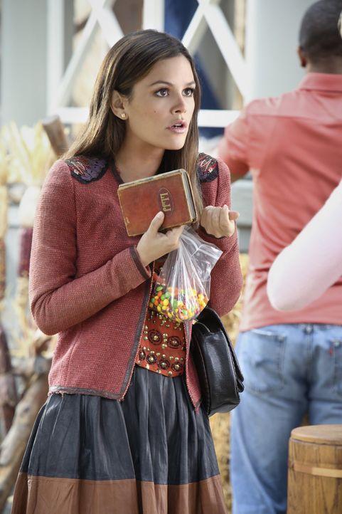Zoe kann es nicht glauben - Bildquelle: Warner Bros.