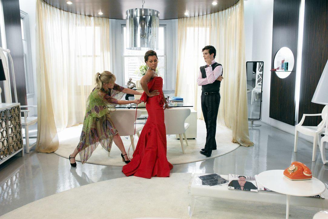 Wilhelmina (Vanessa Williams, M.) bekommt ein neues Kleid, doch sie macht es Christina (Ashley Jensen, l.) und Marc (Michael Urie, r.) nicht leicht,... - Bildquelle: Buena Vista International Television