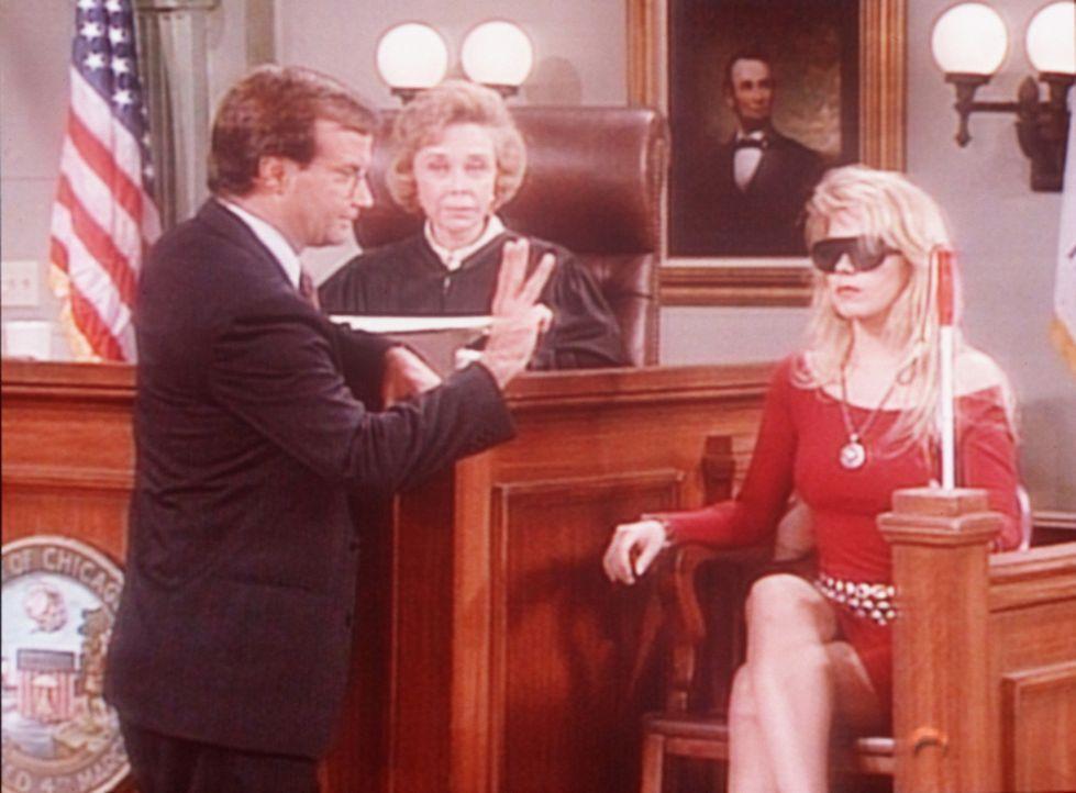 Anwalt Lincoln (Mark L. Taylor, l.) will der Richterin (Dr. Joyce Brothers, M.) beweisen, dass Kelly (Christina Applegate, r.) nur vorgibt, blind zu... - Bildquelle: Sony Pictures Television International. All Rights Reserved.