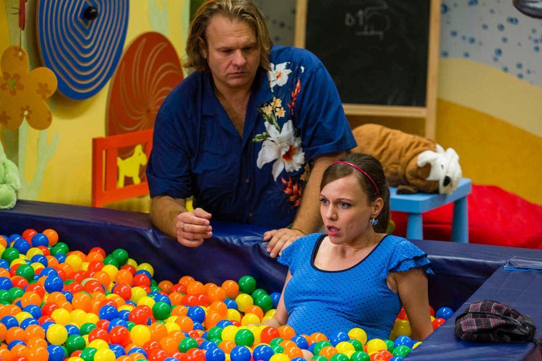Während Danni an einem neuen Fall arbeitet, platzt bei Bea (Nadja Becker, r.) die Fruchtblase. Nils (Oliver Fleischer, l.) kümmert sich um die werde... - Bildquelle: Frank Dicks SAT. 1