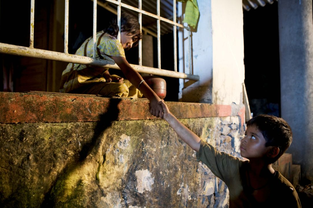 Lernen sich im Waisenhaus kennen: Latika (Rubina Ali, l.) und Jamal (Ayush Mahesh Khedeker, r.) ... - Bildquelle: 2009 PROKINO Filmverleih GmbH
